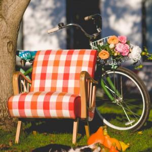 Fotel w kratę o nazwie Hałabała inspirowany stylem epoki realnego socjalizmu. Fot. Deca.