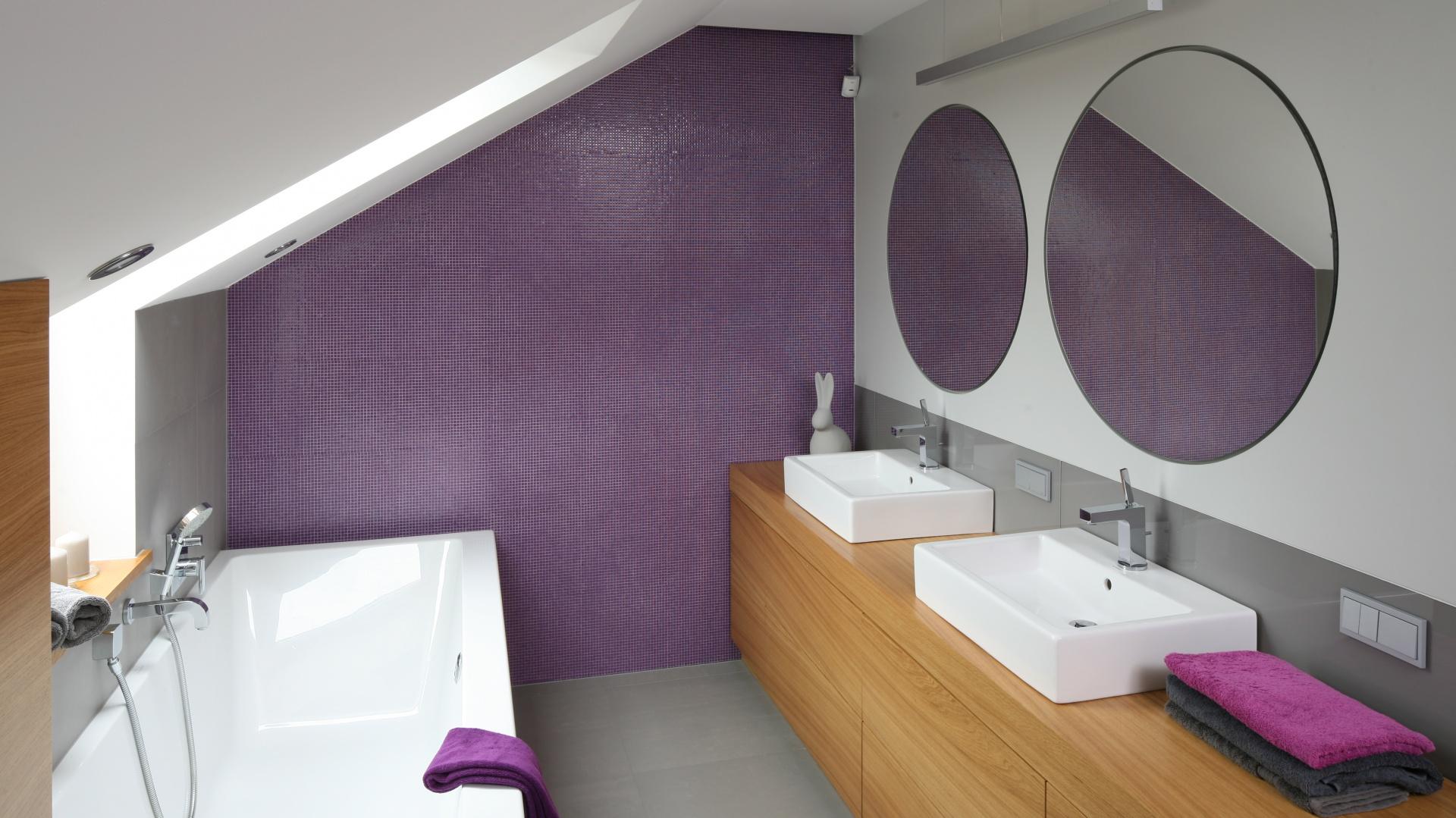 Duża i przestronna łazienka została zaaranżowana dla dwojga. Projekt Małgorzata Galewska. Fot. Bartosz Jarosz.