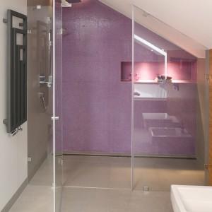 Prysznic został ulokowany na jednym z końców łazienki. Jego szklane drzwi został wykonane na zamówienie, dzięki temu doskonale pasują do skosów poddasza. Projekt Małgorzata Galewska. Fot. Bartosz Jarosz.