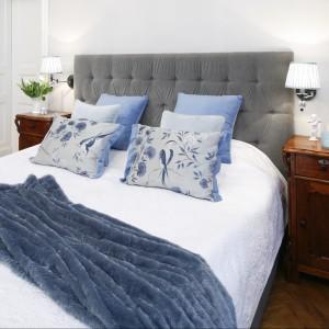 Klasyczne kinkiety z delikatnymi abażurami umieszczono nad stylowymi stolikami nocnymi po obu stronach łóżka. Proj. Iwona Kurkowska. Fot.Bartosz Jarosz.