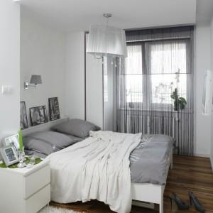 Lampa sufitowa nawiązuje do lampki umieszczonej na ścianie za łóżkiem. Proj. Małgorzata Mazur. Fot. Bartosz Jarosz.