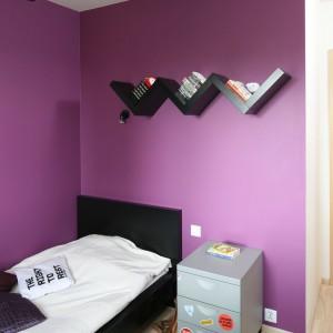 Oryginalna półka na książki w ciekawy sposób urozmaica ścianę przy łóżku. Fot. Bartosz Jarosz.