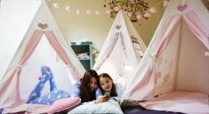 Zabawa w domowym namiocie to mnóstwo atrakcji i pole do popisu dla dziecięcej wyobraźni. Szczególnie jesienią, gdy pada deszcz, a nasze pociechy częściej się nudzą, indiański TeePee okazuje się nieoceniony.