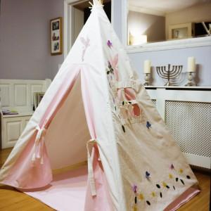 Atrakcyjny namiot wkomponuje się w wystrój salonu. Fot. Myweeteepee.