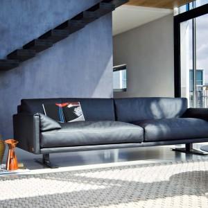 Minimalistyczna sofa w modnym, granatowym kolorze. Fot. Busnelli.