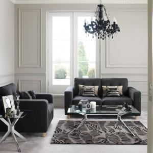 Ciemne meble pasują zarówno do wnętrz nowoczesnych, jak i w klasycznym stylu. Fot. Debenhams.