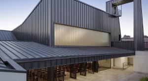 Z zewnątrz budynek przypomina nowoczesny biurowiec, magazyn lub galerię sztuki współczesnej. Geometryczny kształt, powściągliwa kolorystyka i wszechobecne beton i stal przywodzą na myśl dzieła architektury minimalistycznej. Na właściwy trop na