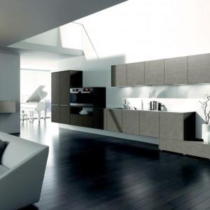 Ta koncepcja pomieszczenia pozbawiona uchwytów, w modnym kolorze Graubeige, stawia na konsekwencje i powściągliwą stylistykę. Puryści docenią kompaktową budowę i wyraźne prowadzenie linii. Fot. Lome.