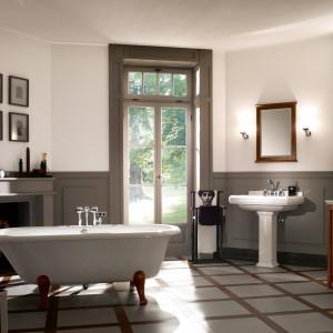Kolekcję Hommage marki Villeroy&Boch tworzy ceramika sanitarna o surowych kształtach oraz meble łazienkowe w odcieniu drewna orzechowego z symetrycznymi, szklanymi drzwiczkami. Zainspirowana estetyką z początku XX wieku uwiedzie zarówno romantyków, jak i osoby praktyczne. Fot. Villeroy&Boch.
