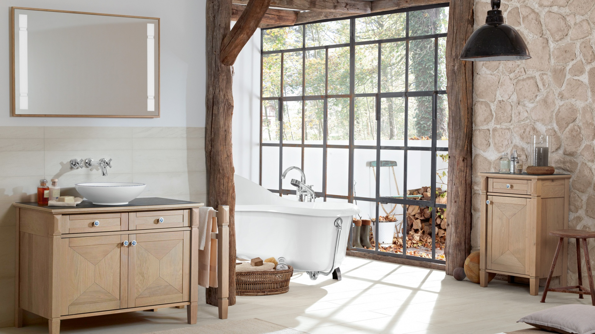 True Oak marki Villeroy&Boch to meble z prawdziwego, starannie wyselekcjonowanego    drewna dębowego, które wyglądają tak, jakby zostały zrobione w dawnym warsztacie stolarskim. Kolekcję wyróżnia niezwykły kolor – Mellow Oak – efekt pięcioetapowej, starannej obróbki drewna oraz wykonane z niezwykłą dbałością detale. Fot. Villeroy&Boch.