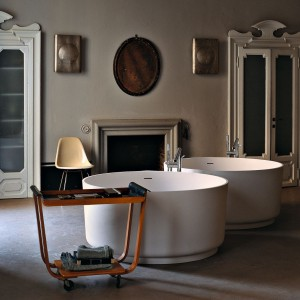 In-Out marki Agape jest okrągłą wanną z bardzo wszechstronną osobowością. Dostępna w różnych wersjach - wolnostojącej, do rogu, niszy lub do obudowy oraz rozmiarach może być dostosowana do każdej łazienki. Fot. Kari-Mobili.
