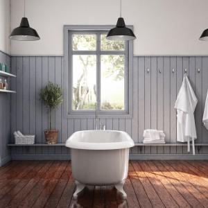 Meble łazienkowe z linii Happie Studio Vit marki Ballingslov o klasycznej prostej formie zdobią blaty wykonane z naturalnego drewna. Fot. Ballingslov.