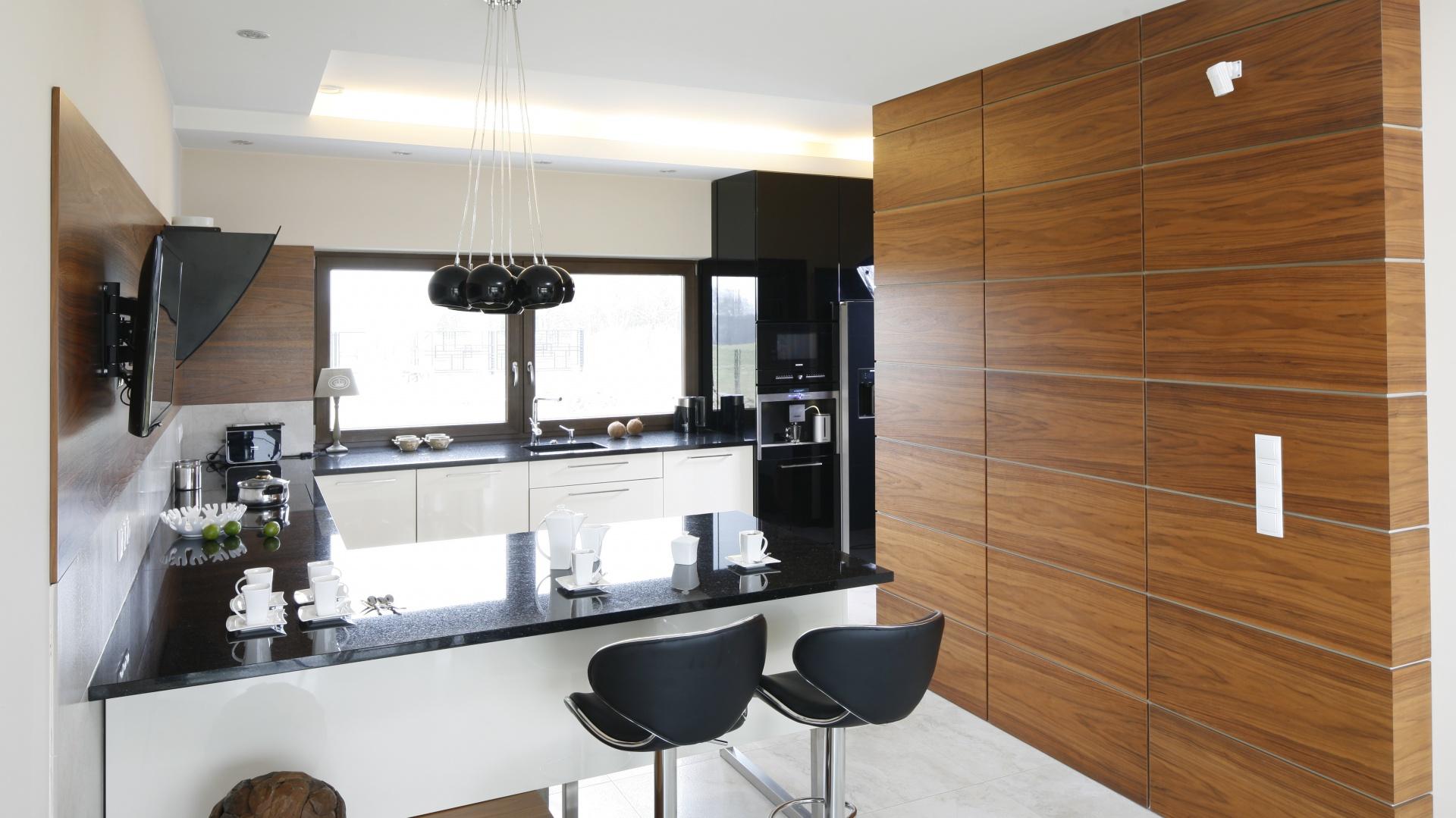 Kuchnia jest nowoczesna,...  Biała kuchnia ocieplona drewnem. Zobaczcie projekty z polskich ...