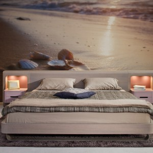 Morze, plaża, piasek to pomysł na spokojną, stonowaną fototapetę w sypialni. Fot. Art of wall.