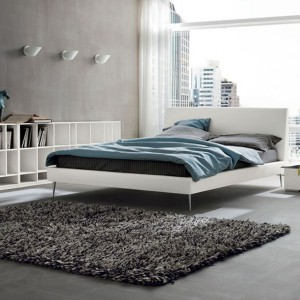 Kolekcja włoskich mebli System to zestaw mebli, które świetnie sprawdzi się w nowoczesnej sypialni. Łóżko na delikatnych, chromowanych nogach wygląda bardzo lekko, dzięki czemu dobrze sprawdzi się także w sypialniach o niewielkim metrażu. Fot. Dall' Agnese.