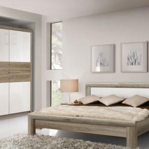Sypialnia Roxette to połączenie frontów w kolorze Dąb Antyczny oraz jasnych frontów w białym połysku. Fot. Forte.
