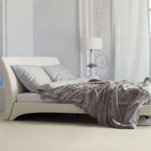 Meble do sypialni z kolekcji Leda to eleganckie, białe tapicerowane łóżko na metalowych łóżkach. Fot. Kler.