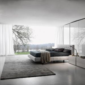 Zestaw jasnych mebli świetnie prezentują się w przestronnych wnętrzach. Lakierowane fronty szaf odbijają światło optycznie powiększając sypialnię. Fot. Presotto.