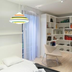W sypialni zadbano o właściwy dobór oświetlenia. Lampa wisząca wprowadza do sypialni akcent kolorystyczny. Proj. Nasciturus design. Fot. Bartosz Jarosz.