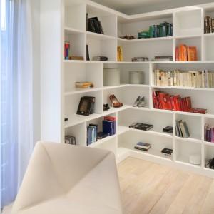 Otwarty regał zapewnia wiele miejsca na przechowywanie. Proj. Nasciturus design. Fot. Bartosz Jarosz.