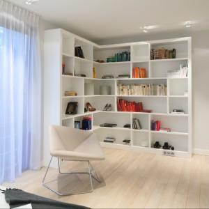 W sypialni znajduje się wiele miejsca na przechowywanie. Otwarte regały mogą także pełnić rolę domowej biblioteczki. Proj. Nasciturus design. Fot. Bartosz Jarosz.