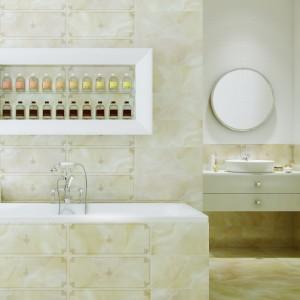 Vanilla Stone Opoczno to płytki o wyglądzie kamienia w ciepłym odcieniu beżu. Dekory z pięknym rysunkiem przypominającym klasyczne ramy. Fot. Opoczno