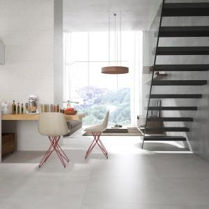Płytki z kolekcji Portland Slim z oferty firmy Land Porcelanico. Ich struktura oraz szary kolory doskonale imitują naturalny beton. W kolekcji dostępne są trzy kolory oraz dekoracyjna mozaika.