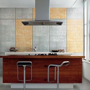 Płytki z kolekcji Atelier z oferty firmy Ceramica Bardelli. Dostępne w ośmiu kolorach w formacie 20x60 cm, grubość 9 mm, wykończenie matowe. Kolekcje uzupełniają dekoracyjne, aluminiowe wykończenia.