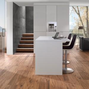 Płytki gresowe Lodge z oferty Villeroy & Boch. Idealnie odwzorowują kolorystykę i teksturę drewna. Dostępne formaty: 11,25x90 cm, 22,5x90 cm. Grubość: 10 mm. Od 242 zł do 594 zł/m², Villeroy & Boch.