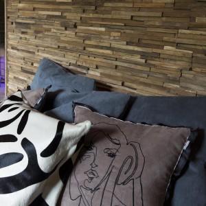Drewno na podłodze, okładzina kamienna na ścianie oraz tekstylia z motywami zwierzęcymi podkreślają charakter stylizacji. Fot. Alphenberg
