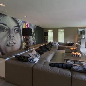 Wnętrze domu utrzymano w ziemistych odcieniach. Na ścianach i podłogach królują szarości, beże i brązy. Fot. Alphenberg