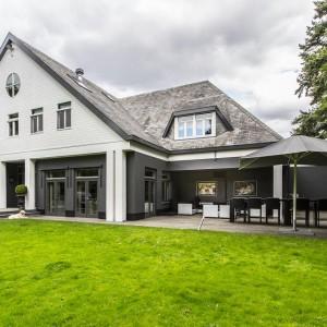 Rezydencja to ponad tysiąc kilometrów kwadratowych luksusowo zaaranżowanych wnętrz, w tym basen kąpielowy, strefa wellness i przestronny salon. Fot. Alphenberg