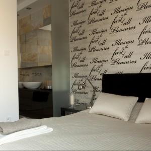 Lekka ścianka ze szkła oddziela sypialnię od strefy łazienkowej. Proj. Magdalena Smyk. Fot. Green Canoe.