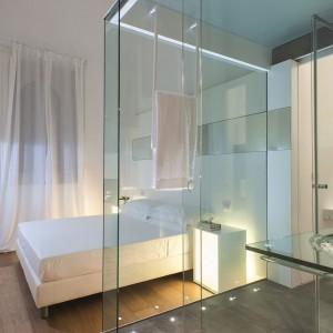 Łazienkę od sypialni oddziela szklana ścianką.Proj. Antonio Iraci. Fot. Zash Country Hotel.