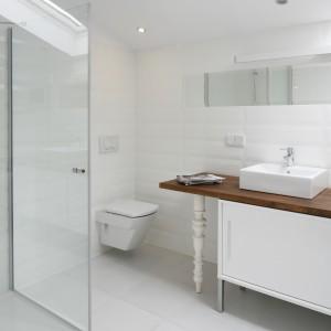 Ta łazienka to doskonały przykład udanego mariażu stylu nowoczesnego i retro. Płytki ceramiczne imitują  wygląd wiekowych kafli. Takie połączenie czyni białą łazienkę niezwykle atrakcyjną i stylową. Proj. Konrad Grodziński. Fot. Bartosz Jarosz