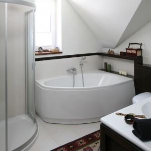 Wzorzysty dywan w łazience spotyka się rzadko, ale tutaj stanowi nieodłączny element stylizacji. To pamiątka z wyprawy do Maroko.  Proj. Magdalena Misaczek. Fot. Bartosz Jarosz
