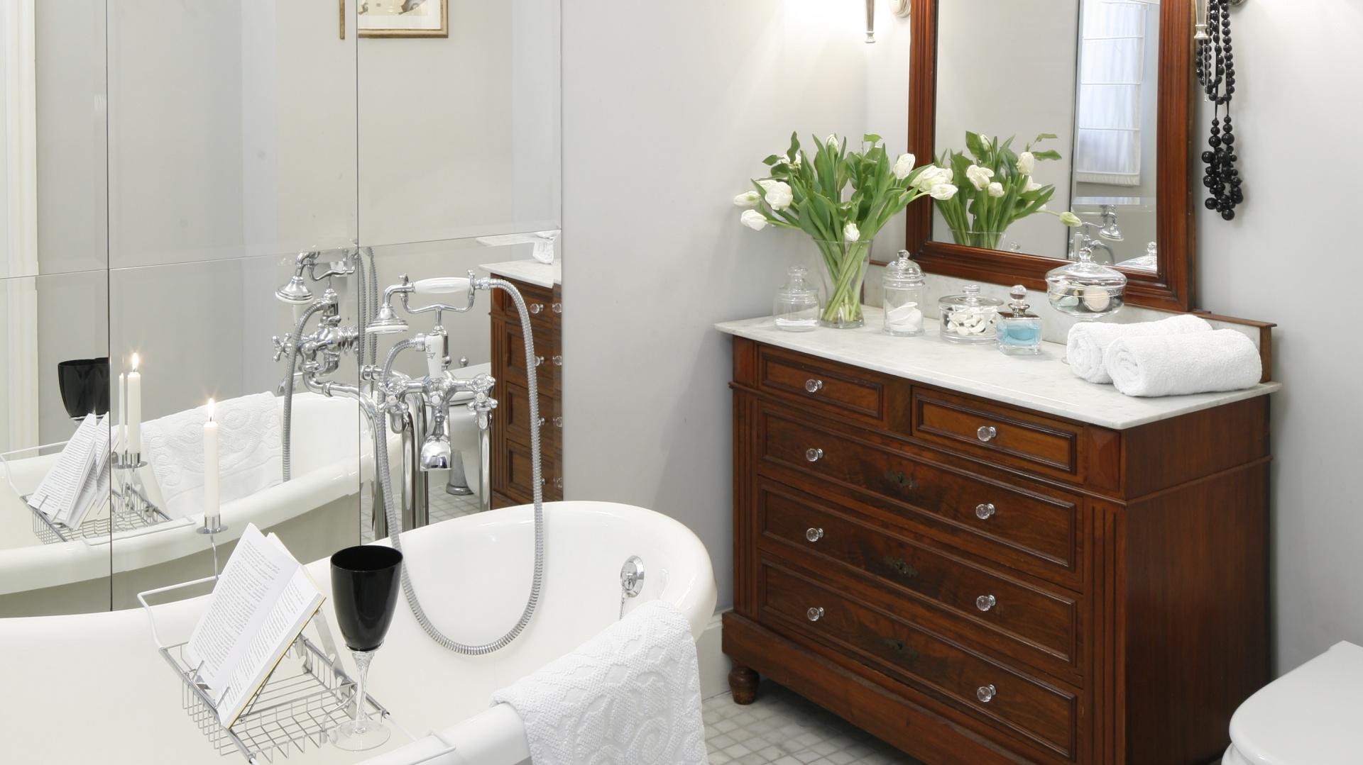 Biała łazienka Ocieplona Drewnem Pomysły Architektów