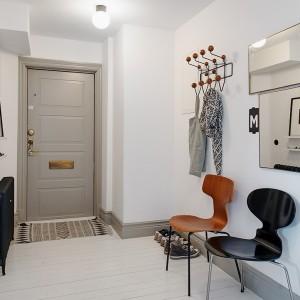 Drzwi w mieszkaniu pomalowano na delikatny, pastelowy odcień szarości. Tym samym kolorem pokryto listwy wokół podłóg. Fot. Alvhem Makleri.