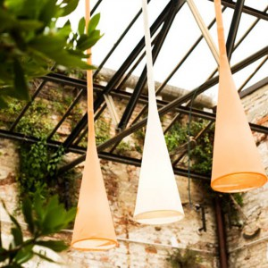 Lampa wisząca Uto to prosta forma ze stożkowym kloszem. Lampa daje miękkie, przyjemne światło. Fot. Foscarini.