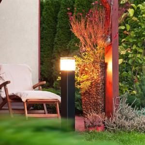 Oprawa słupkowa z kolekcji Arendal równomiernie oświetli wybraną część ogrodu. Fot. Noryls.