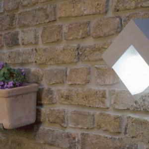 Kinkiet zewnętrzny Geometry z linii Lutec to pomysł na nowoczesne oświetlenie ogrodu. Fot. Elstead Lighting.