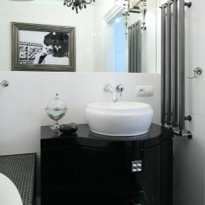 Szafka podumywalkowa wykonana specjalnie do tej łazienki ma wygląd wiekowej komody, której urody dodają biżuteryjne uchwyty. Projekt: Małgorzata Galewska. Fot. Bartosz Jarosz.