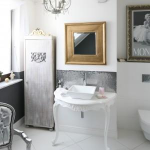 Aranżacja łazienki inspirowana jest stylem Marylin Monroe. Poza jej zdjęciem oprawionym w rzeźbiona ramę w kolorze złota wzrok przyciąga konsola podumywalkowa w stylu prawdziwej gwiazdy. Projekt: Magdalena Konochowicz. Fot. Bartosz Jarosz.
