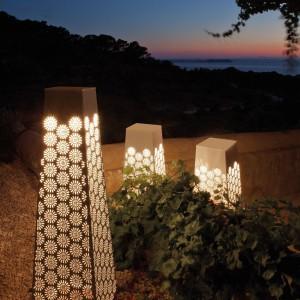 Stojące, ażurowe lampy delikatnie oświetlą ogród tworząc jednocześnie oryginalną dekorację przestrzeni ogrodowej. Fot. Point.