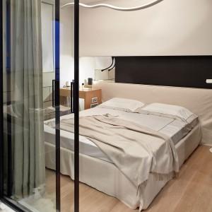 W sypialni dominującym elementem jest duże łóżko z okazałym zagłówkiem. Fot. Olga Akulova DESIGN.