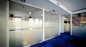 Biuro bez wątpienia jest zwierciadłem firmy, jej przestrzenną wizytówką. Jak sobie poradzić z trudnym zadaniem, którym jest stworzenie miejsca pracy funkcjonalnego, a zarazem atrakcyjnego oraz przyjaznego dla klienta i pracownika?