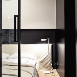 Osprzęt oświetleniowy estetycznie wkomponowano w czarną obudowę meblową. Fot. Olga Akulova DESIGN.