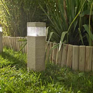 Solarna lampa Blooma wykonana z tworzywa sztucznego w piaskowym kolorze. Możemy zastosować ją jako oświetlenie ogrodu lub podjazdu do naszej posesji. Fot. Castorama.