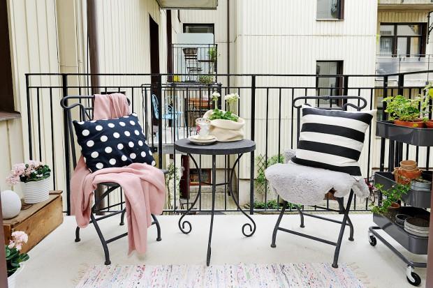 Urządzenie małego balkonu w bloku to prawdziwe wyzwanie i sprawdzian naszej kreatywności. Jak wygospodarować na niewielkim metrażu miejsce na krzesła i mały stolik? Przedstawiamy aranżacje, które mogą stać się inspiracją przy aranżacji balko
