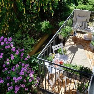 Na balkonie wygospodarowano miejsce z krzesłami i stolikiem oraz wygodne, niższe siedzisko ze stolikiem kawowym. Fot. Alvhem Makleri.